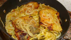 Bacalhau frito com cebolas.