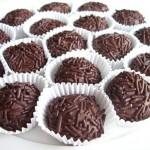 Receita de brigadeiros enrolados e passados no chocolate granulado.