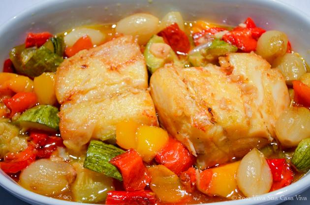 Bacalhau assado com pimentões, abobrinha e cebola.